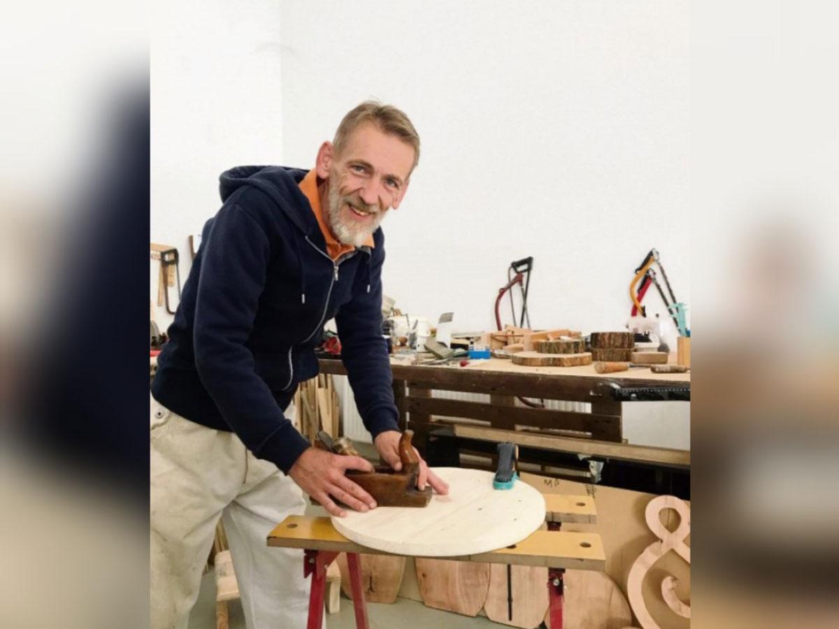 Virovitičanin Darko Pejović odbačene komade drveta pretvara u prekrasne cvjetnjake, police i moderne satove